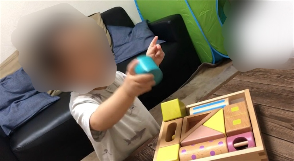 音いっぱい積み木で遊ぶ子